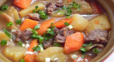 原料:牛腩;胡萝卜;土豆;洋葱;调味:油;食盐;鸡精(可不加);姜;生抽;老抽;黄糖;营养:很好吃的胡萝土豆炖牛腩,话说这里面的土豆和胡萝卜最好吃,吸足了牛腩味。做法和步骤:胡萝卜土豆炖牛腩做法和步骤