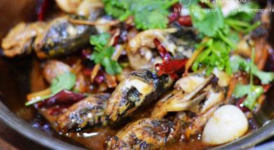 原料:黄骨鱼500克;干辣椒;蒜籽;葱头;姜;香菜;调味:油;盐;酱油;生抽;营养:这几年,干锅的种类越来越多,荤菜素菜都能做出浓郁的味道来,今天先上一道干锅黄骨鱼,我只用到很少的调味料,但做出来的成