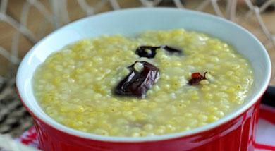 """原料:小米;红枣;调味:冰糖;营养:许多妇女在生育后,都有用小米加红糖来调养身体的传统。小米熬粥营养价值丰富,有""""代参汤""""之美称。做法和步骤:小米红枣粥做法和步骤1准备材料。2如果你买的是有核的蜜枣,"""