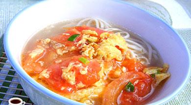 原料:面条100克;西红柿1个;鸡蛋1个;葱5克;姜5克;调味:油60ml;料酒1茶匙(5ml);盐1茶匙(5克);营养:作为早餐或者午餐晚餐都十分好,因为方法实在简单。做法和步骤:西红柿鸡蛋汤面条做