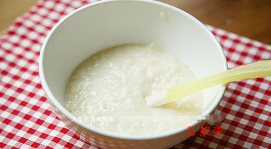 原料:大米(最好用东北大米)50克;豆浆500克;调味:糖(可放可不放,根据自身需要);营养:豆浆和米一起熬煮成粥以后,在质感上变得细密绵绸,和之前的清爽恬淡完全不是一种风格,所以豆浆粥绝非豆浆+米这