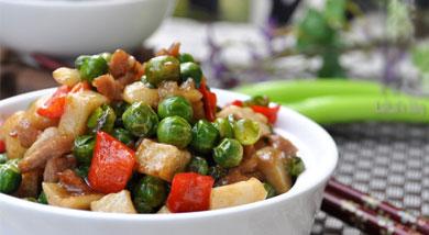 """原料:鲜牛肉粒(牛里脊)1小碗;豌豆适量;杏鲍菇1个;独蒜1个;红甜椒半只;青蒜2根;调味:盐适量;生抽;老抽少许;头抽;蚝油;糖;胡椒粉少许;蛋清1勺;生粉;料酒适量;营养:今天上道""""粒粒香""""的菜菜"""