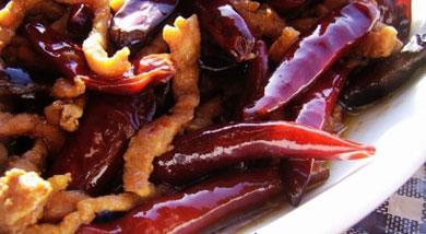 原料:肉丝;干辣椒;调味:盐;糖;醋;老抽;十三香;油;淀粉;料酒;营养:非常开胃的一道菜,十分好吃的哦。适合喜欢吃辣的人。做法和步骤:辣椒炒肉做法和步骤1肉丝用适量淀粉和料酒抓匀腌制20分钟。干辣椒