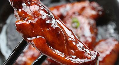 原料:鸡翅中;葱;姜;调味:料酒;盐;白糖;白醋;红烧酱油;可乐;营养:实践出真知,这话放哪儿哪儿合适,所以,做菜一定要相信自己的味觉,多尝,才能做出合口的菜。做法和步骤:可乐鸡翅做法和步骤1鸡翅中洗