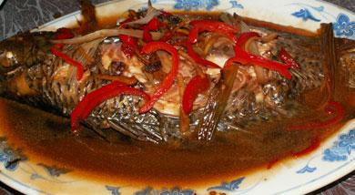 原料:福寿鱼1条(约500克);生姜一块;葱2棵;调味:白糖半个汤匙;盐半个汤匙;生抽1个汤匙;料酒半个汤匙;营养:福寿鱼相对腥味重些,但是碎小的鱼刺极少,适合小朋友和怕鱼刺的大朋友吃,做法上适合用红