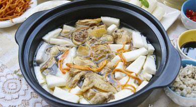 """原料:海南鸡1只;新鲜椰子1个;调味:营养:""""椰子鸡火锅""""我选用了海南鸡和海南新鲜椰子来炖煮,海南鸡皮爽、肉滑、骨香,新鲜的椰子汁清如水,晶莹剔透,清甜中带着一股淡淡的椰子清香。做法和步骤:椰子鸡火锅"""