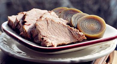 原料:牛肉2斤;海带整4根;香葱6根;姜1块;花椒;八角;桂皮;香叶;调味:盐;生抽;营养:这是一道来自记忆深处的味儿。将海带卷成卷,然后跟牛肉配在一起卤煮,特好吃特好吃!做法和步骤:卤牛肉做法和步骤