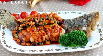 """原料:桂鱼;虾仁;笋丁;香菇;豌豆;蒜瓣末;调味:淀粉;番茄酱、鲜汤;糖;香醋;酒;盐;猪油;麻油;营养:年夜餐桌上,总会有条鱼,寓意""""年年有余""""。来个压轴的隆重鱼菜吧,江南名菜""""松鼠桂鱼""""。很小的时"""