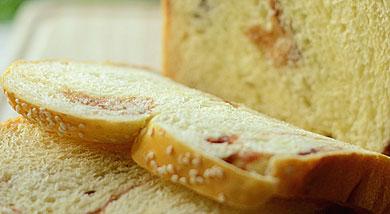 原料:高筋面粉350g;细砂糖40g;鸡蛋1个;水173g;奶粉12g;盐3g;干酵母5g;无盐黄油35g;红豆沙适量;调味:全蛋液;白芝麻;(表面装饰材料)营养:这个豆沙面包夹了香甜的豆沙馅,编成辫