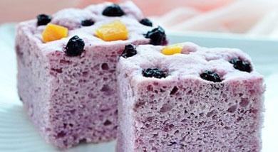 原料:紫薯210克;普通面粉300克;白糖30克;干酵母5克;牛奶约230克;;调味:蓝莓干;地瓜脯营养:咱自家吃为了营养和口感就全部用牛奶吧,还有这个发糕做起来超级省力哦,解放双手一个饭铲就全程搞定