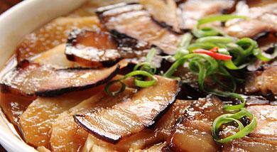 原料:酱肉一块;土豆一个;调味:营养:将土豆切片垫底,酱肉的油香润入土豆片中,酥烂鲜咸,酱香更入味哈。做法和步骤:酱肉土豆片做法和步骤1先将土豆洗后削去外皮,切成圆片。酱肉也切成薄酱肉片。2将土豆片先