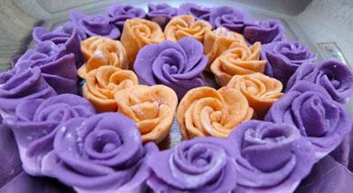 原料:紫薯两个;胡萝卜;适量面粉;适量糖;适量糖;一小勺酵母;调味:营养:情人节,如果收到这样一堆玫瑰,你,会怎样一个反应!都说理想很丰满,现实很骨感!有时理想和现实只是隔了一个盆,隔了一个镜头的距离