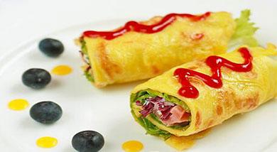原料:面粉25克;火腿30克;生菜20克;紫甘蓝15克;鸡蛋1枚;水15克;熟芝麻1/4勺;调味:油适量;盐;沙拉酱适量;番茄沙司适量;营养:做为早餐,这样的一份火腿生菜紫甘蓝鸡蛋卷饼相信更是极好的,