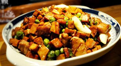 """原料:香干;青豆;水煮五花肉;姜片;青蒜1根;调味:盐;糖;生抽;老抽;营养:香干青豆炒肉丁,用勺吃才过瘾的""""豆丁""""菜,荤素搭配,营养互补。做法和步骤:香干炒肉丁做法和步骤1锅内坐水,加入小勺盐,滴入"""