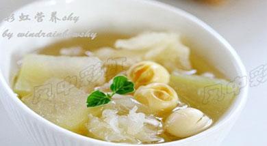 原料:冬瓜1块;莲子约20粒;干银耳5-10克;调味:冰糖;营养:做好的这碗汤羹,挺适合在炎热天气里做下午茶的,晾凉一些,清清爽爽的一碗羹,消暑生津又解渴爽口。做法和步骤:冬瓜莲子银耳羹做法和步骤1将