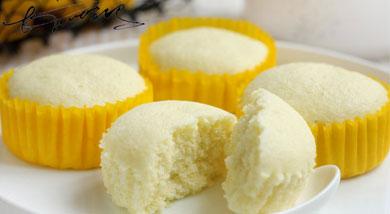 原料:鸡蛋2个(100克);低筋面粉60克;调味:糖粉70克;营养:蒸的蛋糕,口感一样细腻绵软哦!而且与烤的蛋糕相比,更多一分清爽和清新,也更健康,对身体没有负担,这个夏天,让我们一起来玩转蒸蛋糕吧!