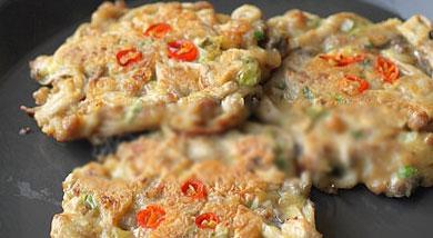 原料:蘑菇200克;肉末100克;面粉150克;鸡蛋2个;小葱3棵;调味:味极鲜酱油或者生抽5克;料酒少许;花椒粉少许;盐适量;姜粉少许;营养:我一般都是头天将面糊和好,放入保鲜盒中冷藏,早上煮粥的时