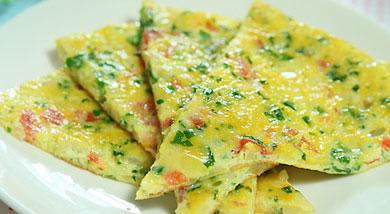 原料:番茄1个;鸡蛋2个;菠菜;土豆;洋葱;调味:盐一匙(适合一周以上宝宝食用);营养:喜欢甜口的,可以不用放盐,然后食用时配上炼乳或是番茄酱。做法和步骤:五彩煎蛋饼做法和步骤1番茄、洋葱洗净去皮切成
