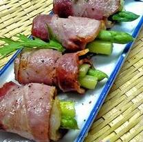 原料:猪肉、芦笋、料酒、姜、蒜、盐、咖喱粉、黑胡椒粉。<br /> <br />   制作方法:<br />   1.用料酒、姜、蒜末把猪肉片腌制10&mdash;15分钟。<br />   2.芦笋洗净,去根去皮,切成长短适中的