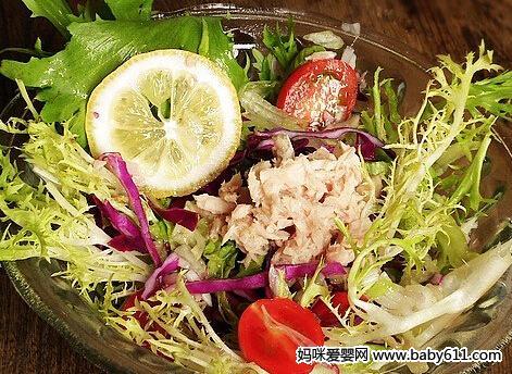 材料:金枪鱼50g,黄瓜40g,西红柿20g,紫甘蓝15g,沙拉酱适量。<br /> <br />   做法:<br />   1、黄瓜洗净切片。<br />   2、紫甘蓝洗净切丝。<br />   3、将金枪鱼撕成小块。<br />   4、西红柿洗净切片摆