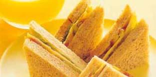 <br />  <br />   <br /> 新鲜柳丁汁 总汇三明治营养盒:维生素、叶酸钙质、纤维素、均衡的营养素。材料:全麦吐司2片、色拉酱1小匙、法式芥末酱1小匙、牙签4根、A乳酪1片、火腿1片、番茄1片、生