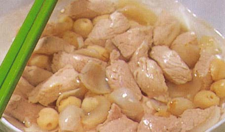 <br />  <br />     猪瘦肉250克,莲子50克,百合50克,葱白、生姜、绍酒、精盐、味精各适量。<br />     1、莲子洗净,去莲心.百合洗净,w成片;猪瘦肉切块,汆水。<br />     2、莲子、百合、猪瘦肉块一起放入