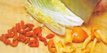 <br />  <br />     白菜奶汁汤<br />     原材料:白菜250克、枸杞3克、滑子菇20克。<br />  <br />     调料:牛奶100克,盐5克,花生油10克。<br />     制作过程:<br />     1、将白菜洗净改切好,枸杞洗净,滑子菇洗净。<br />  <br />