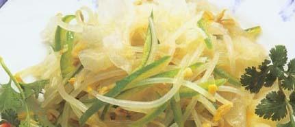 <br />  <br />   <br /> 银耳拌豆芽怀孕280天孕妇饮食第186<br />  <br />   用料:绿豆芽150克、银耳25克、青椒50克、香油10克、精盐少许  制法:<br />  <br />   1、将绿豆芽去根洗净。<br />  <br />   2、青椒去蒂、籽
