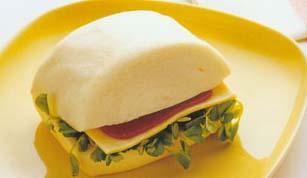 <br />  <br />   <br /> 鲜奶小馒头夹乳酪火腿-怀孕280天孕妇饮食第80材料:鲜奶小馒头2个、乳酪1片、火腿片1片、豌豆苗适量。做法:1 乳酪及火腿片皆切成4个四方形。   2 鲜奶馒头蒸热后夹入火
