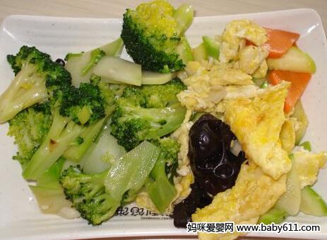 大家都知道,西兰花和木耳是被公认的健康食品,每100克西兰花中含有120微克的叶酸。木耳中不但含有叶酸,还有丰富的铁。配方及做法如下:<br /> <br />   成分:西兰花,鸡蛋,木耳,生抽,盐,味精等