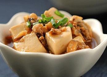 原料:水发香菇75克、豆腐300克、糖10克、酱油20毫升、味精1克、胡椒粉0.5克、料酒8毫升。<br /> <br />   制作:豆腐切成3.5厘米长、2.5厘米宽、0.5厘米厚的长方条,香菇洗净去蒂;炒锅