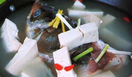 <br />  <br />     补脑鱼头汤<br />     材料:胖头鱼头1个(约600克)、豆腐200克、枸杞20克<br />     调料:盐、料酒、姜丝、葱段、清汤(或水)各适量<br />     做法:<br />     1.将胖头鱼头去鳞和鳃,洗净,剁成