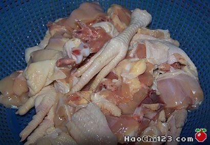 1、将鸡洗净,切块。2、将香葱切段、蒜和姜切片,与适量干辣椒、花椒备用。3、将鸡块用盐和料酒拌匀后,放置10分钟,使鸡块入味。4、大火烧热锅中的油,下鸡块,炸至外表皮变干呈深黄色后捞出沥油待用。5、锅