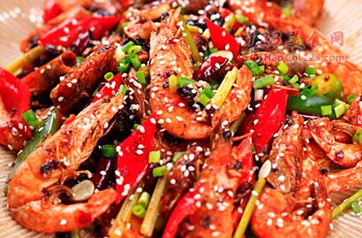 1、将虾洗净剪去虾须。2、加一点绍酒胡椒粉,用淀粉将虾抓匀。3、干辣椒剪成小段备用。4、红彩椒切成菱形块、绿彩椒切成菱形块、葱切段、姜切末,蒜切片,芹菜切段。5、锅热后做油。6、待油变温放入腌好的虾,