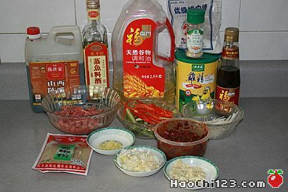 1、牛肉切丝,芹菜和红椒分别切成丝。2、锅中烧油,将牛肉丝下锅煸炒,炒至没有气泡后捞出控油。3、锅中烧油,炒香葱姜蒜,下牛肉丝,加少量料酒,把芹菜和红椒下锅炒。4、加一小勺豆瓣,炒香出色,加盐、糖、鸡