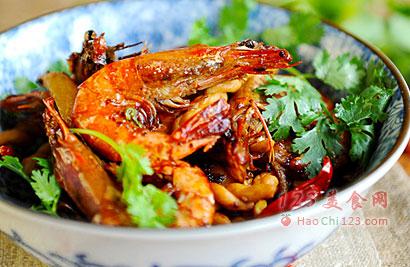 1、备齐所需食材,虾去虾腺虾枪洗净。土豆去皮切条备用。2、锅中倒油加热,把虾分别放入油锅炸至变色后捞出备用。3、放入炸过虾的油锅内炸制表面焦脆,捞出控干备用。4、锅中加入火锅底料,可以中和一部分炸虾的