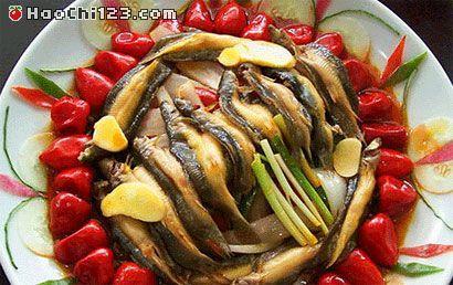 1、泡椒姜蒜切末。2、锅内放油下泡椒姜蒜切末炒香。3、下泥鳅煸炒片刻。4、放花椒的水、料酒、盐、味素(可以放适量的肉酱或辣酱)。5、烧四五分钟后调味,不宜久烧,泥鳅易烂会。[HaoChi123.com