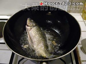 1、将鱼去鳞、去内脏、去鳃,洗净,抹干水份,我用的是鲤鱼,在鱼鳃和鱼尾附近鱼身处各划一刀,不用切透,将鱼身中间的一条白线抽出(俗称腥线),另一面相同。若是其它品种的鱼,此步骤可省略。泡青菜攥干水份,切