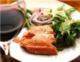 三文鱼的制作方法多种多样,所以,可与之搭配的白葡萄酒也各有不同。但不论是为三文鱼搭配霞多丽、香槟、长相思,还是桑塞尔葡萄酒,都要保证葡萄酒的风格偏柔和,而不应让葡萄酒中的浓郁味道压过三文鱼…