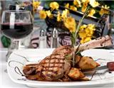 """一瓶恰到好处的葡萄酒可以让一顿晚餐变得更加""""活色生香"""",滋味无穷。在家里或者餐馆里就餐的时候,一般没有太多时间来斟酌选哪一瓶葡萄酒比较好。本文正是基于这个事实,用最直接的方式告诉大家就餐…"""