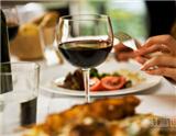 """葡萄酒与美食的合理搭配,对人类来说是生活中一种美的享受。在西方的饮食文化中,葡萄酒永远都是餐桌上的主角,它们与美食一起形成了完美的""""生命组合""""。"""