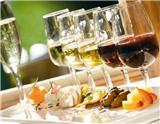 一瓶恰到好处的葡萄酒可以让一桌美食锦上添花,给进餐者带来难以忘怀的享受。本文提供两张简易的餐酒搭配示意图,列出了5种常见红葡萄酒和4种常见白葡萄酒分别适合搭配哪些餐前开胃小食、主菜和餐后…