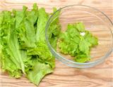 沙拉(Salad)是一种源自西方的果蔬美食,类似中国的凉拌菜,它可以使一餐饭变得更加营养均衡。本文呈现的内容是制作健康美味沙拉的8个步骤。