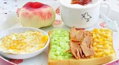 原料:吐司;沙拉酱;黄瓜;罐装甜玉米粒;金枪鱼罐头;调味:自制酸奶(牛奶、酸奶菌、蜂蜜);樱桃果酱;营养:超爱的一套早餐!味道上清新、爽口,营养上丰富、均衡,操作上简单、快捷!做法和步骤:西式营养早餐
