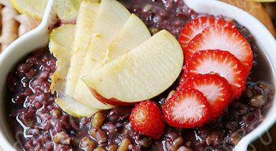 原料:红豆;绿豆;大米;小米;黑米;苹果;草莓;柠檬;调味:营养:让大家开心度夏的清凉食品!做法和步骤:水果什锦冰粥做法和步骤1把所有的杂粮淘洗干净,然后放入高压锅,添水,放入冰糖。我水和杂粮的比例一