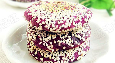 原料:紫薯2个;糯米粉适量;白芝麻适量;调味:白糖适量;清水适量;营养:有点软糖的感觉,香甜适口。做法和步骤:香煎芝麻紫薯饼做法和步骤1紫薯洗净后蒸熟,去皮,压成泥。2分别放入白糖、糯米粉混合,加入适