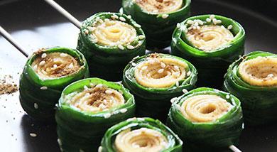 原料:豆皮2张;韭菜1把;调味:椒盐(盐/胡椒粉);孜然;白芝麻;橄榄油;营养:入炉三五分钟,一份实实在在的烤春盘就可以上桌了~做法和步骤:烤韭菜做法和步骤1准备豆皮两张,韭菜一把。韭菜摘洗干净备用。