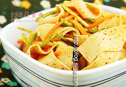 1、将干豆腐切成粗细均匀,约1厘米宽的丝。2、将切好的干豆腐丝放入沸水中焯烫十几秒,变白即捞出。3、将烫过的干豆腐丝自然放凉。4、用少许色拉油将辣椒面拌匀。5、锅中放油,油热后放入葱、姜、洋葱丝、花椒
