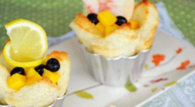 原料:吐司;沙拉酱;芒果1个;水蜜桃1个;蓝莓若干;调味:营养:一份精美的早餐,与家人的点点滴滴都是幸福的瞬间。做法和步骤:吐司水果花盏做法和步骤1将吐司面包片去边切成适当大小,并在四边的中央位置各切
