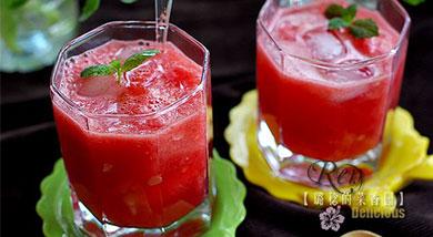 原料:西瓜;调味:冰块;营养:感受冰凉的同时,唇齿间还有冰沙的层次感,非常美妙!做法和步骤:西瓜沙冰做法和步骤1将西瓜瓤挖成小块,把籽抠掉。2放入一个大碗中,另取冰块适量。3将西瓜和冰块全部倒入料理机